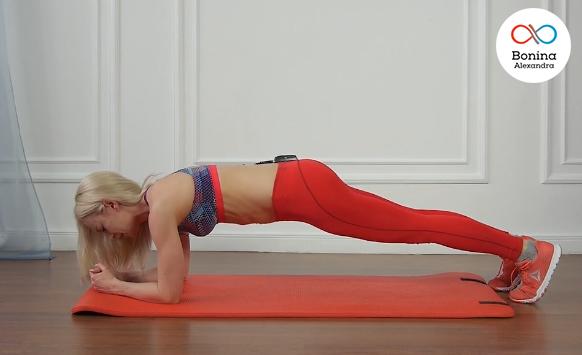 Выполнение упражнения планки