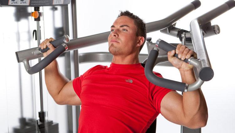 Какие мышцы задейстованы в жиме сидя в тренажере от плеч
