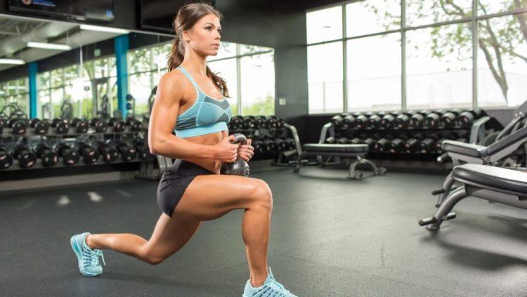 Упражнение выпады с гирей