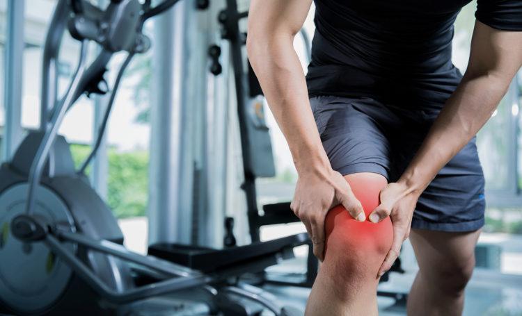 Откуда возникает боль в коленях при приседаниях
