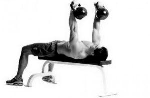 Жим гири лежа на скамье двумя руками