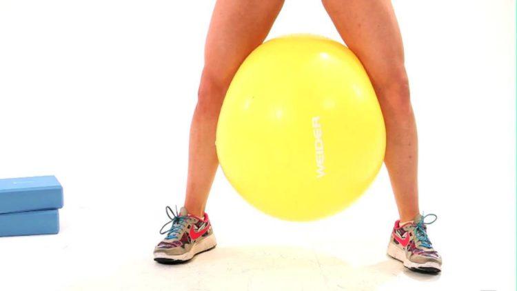 Техника приседаний с фитболом между ног
