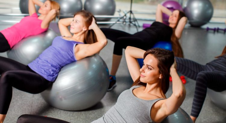 Упражнения на фитболе для стройной талии