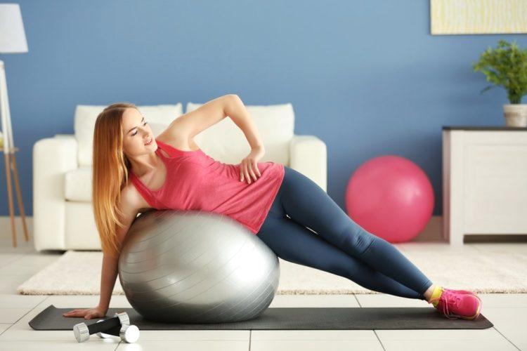 Упражнения на фитболе для молодых мам