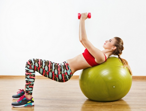 Упражнения на фитболе с гантелями для женщин и мужчин