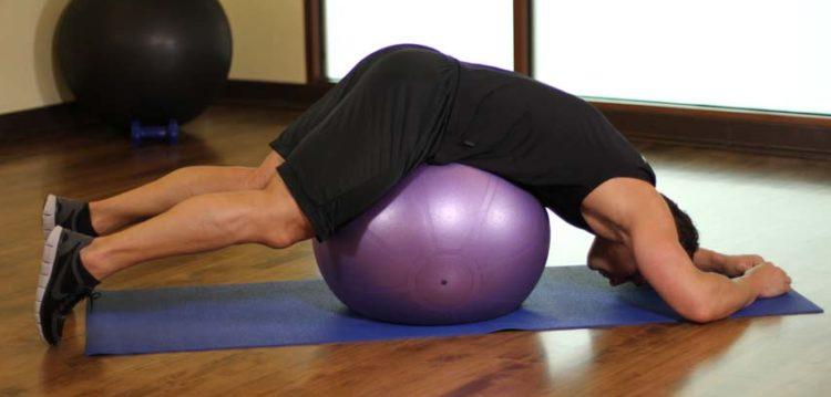 Растяжка для нижней части спины на фитболе