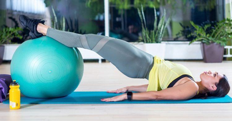 Упражнения на твердой поверхности с фитболом
