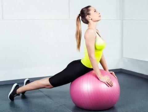 Упражнения на растяжку на фитболе