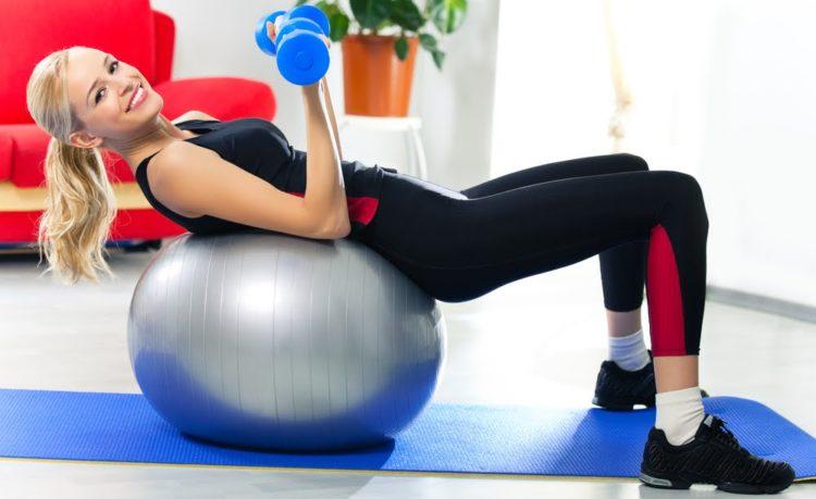 Польза упражнений на мяче с гантелями