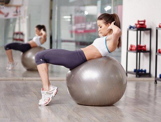 Упражнения на фитболе для грудных мышц