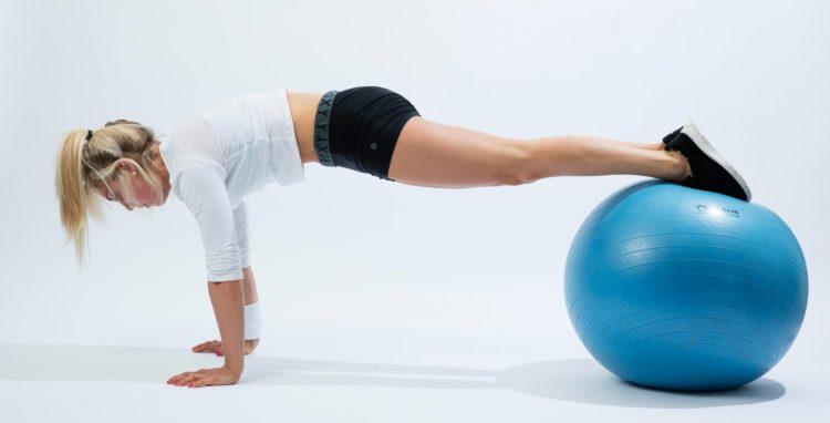 Отжимания на фитболе для грудных мышц