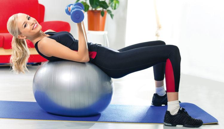 Упражнения для грудных мышц с гантелями на фитболе