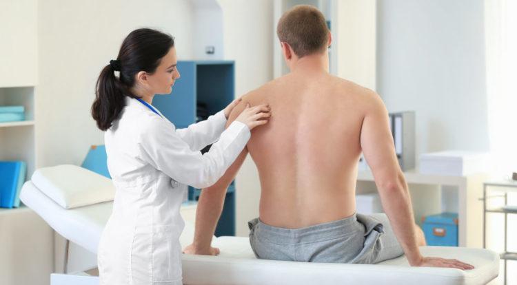 Осмотр плеча врачом травматологом