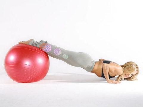 Упражнения на фитболе для ног, ягодиц и бедер