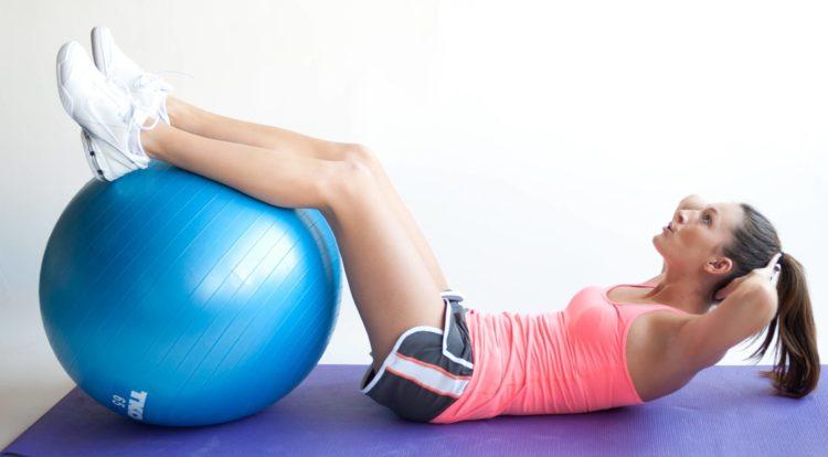 Упражнения для пресса с мячом
