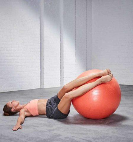 Упражнения на фитболе для ног и ягодиц
